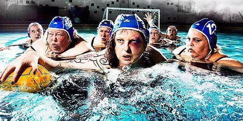 blague-divers-piscine-jeu-balon-femme