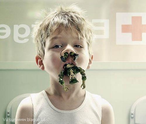 blague-divers-urgence-enfant-jouet-dans-le-nez