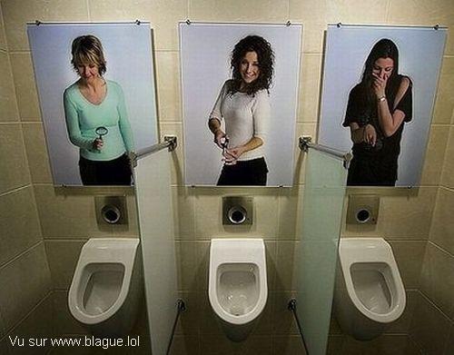 blague-femme-WC-homme-photo-femme-se-moquant