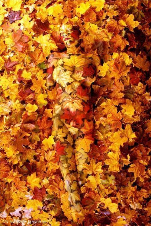 blague-femme-body-paint-camouflage-feuille-arbre