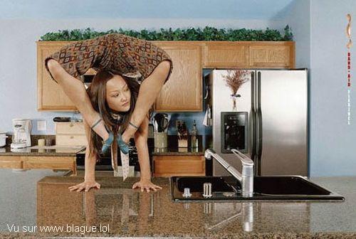 blague-femme-pause-cafe-femme-contorsionniste