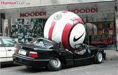 blague-marque-ballon-foot-geant-ecrase-voiture